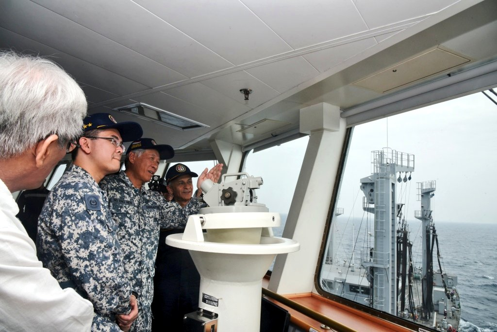 Officers apprising Defence Minister of the Republic of Singapore Ng Eng Hen with interoperability of the two navies in action at sea during 25th Edition of Singapore India Maritime Bilateral Exercise SIMBEX2018 in the Bay of Bengal (Photo courtesy: Indian Ministry of Defence