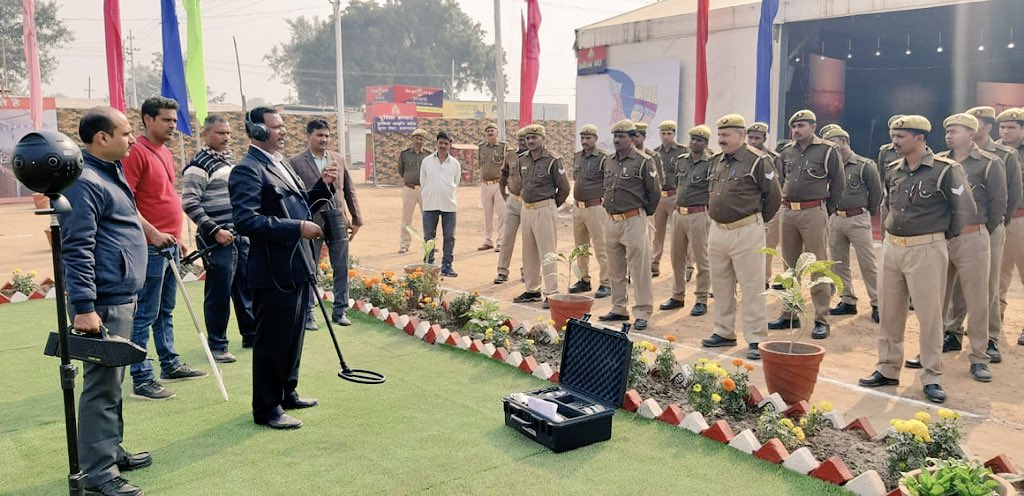 Bomb disposal squad instructing UP Police of how to detect and defuse an explosive. (Photo courtesy: Kumbh Mela Police UP 2019, Twitter