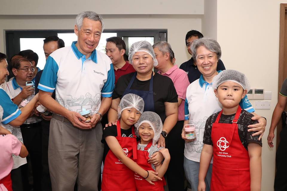 PM Lee received a jar of butter cookies from little bakers Chloe and Jervelle (centre), who looked very adept despite their young age. Photo courtesy: Facebook page of PM Lee