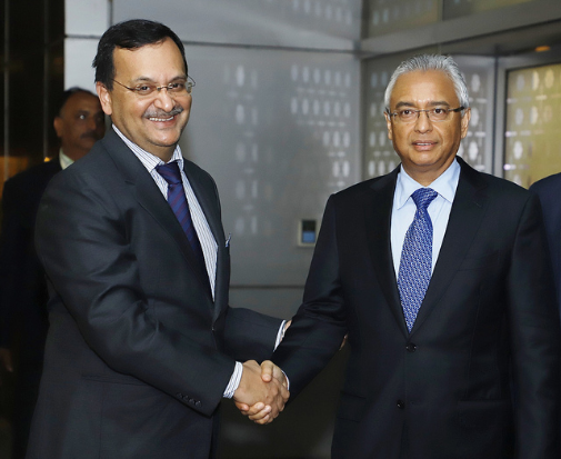 Prime Minister of Mauritius Pravind Jugnauth (right) being welcomed on his arrival in India. Photo courtesy: MEA