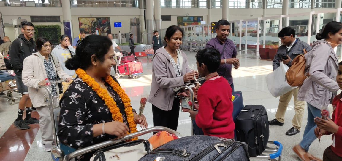 Local school children welcome the arriving Indian diaspora to Varanasi at Lal Bahadur Shastri International Airport for a three day long PBD conclave. Photo courtesy, PBD Convention.