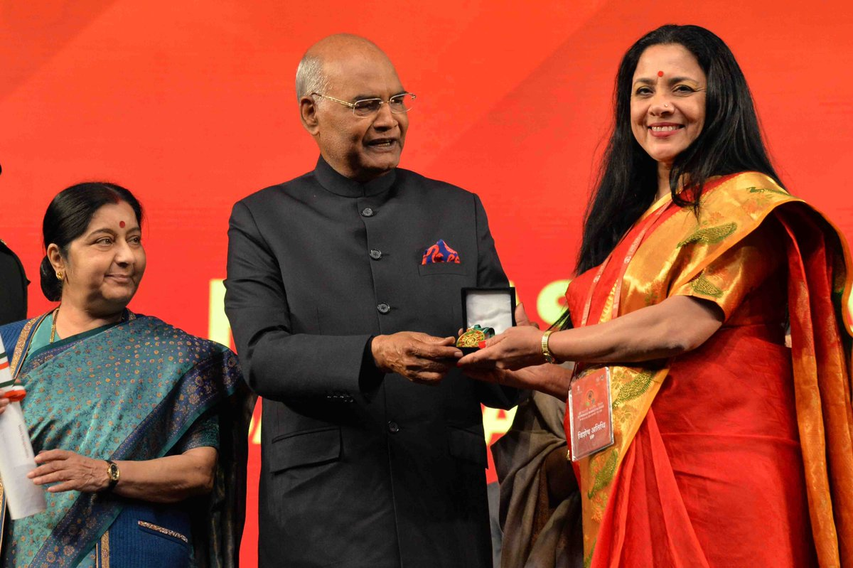 President of India Ram Nath Kovind (centre) presenting the Pravasi Bharatiya Sammelan Award to a chosen winner as EAM sushma Swaraj (left) looks on during the final day of the convention at Varanasi today. Photo courtesy: Rashtrapati Bhavan
