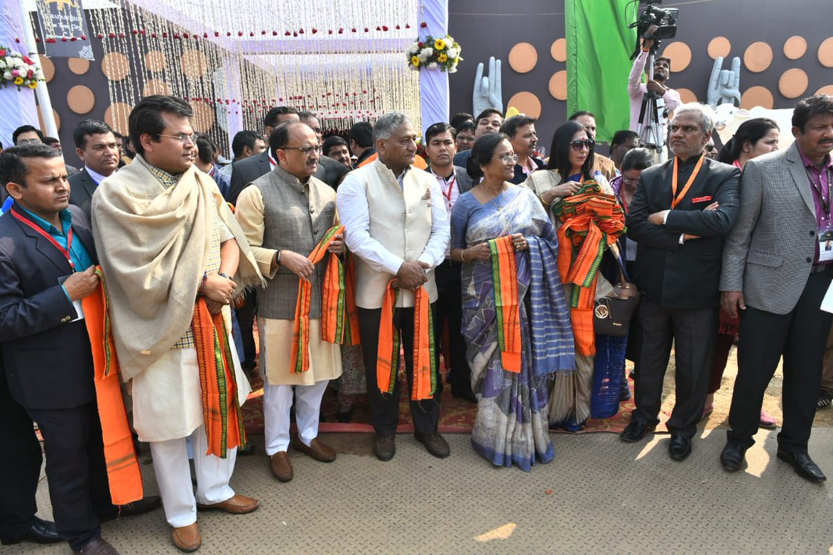 VK Singh, Indian Minister of State for External Affairs, Siddharta Nath Singh, Health Minister of Uttar Pradesh and Rita Bahuguna Joshi, Tourism Minister of Uttar Pradesh and others holding angvastram to welcome PBD delegates at Kumbh Mela. Photo: Connected to India