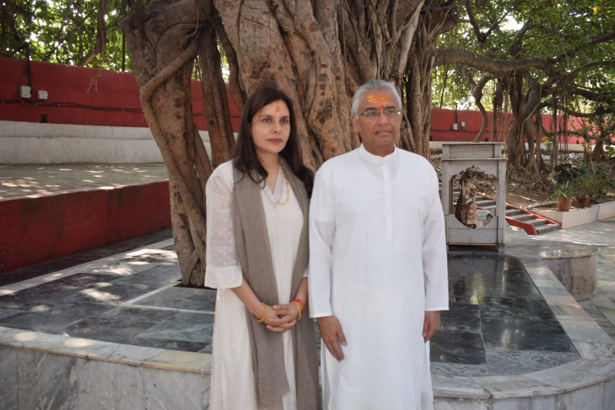 Pravind Jugnauth along with his wife Kobita Jugnauth paying obesience at sacred Akshayavat, the immortal banyan tree located inside the Allahabad Fort. Photo: Connected to India
