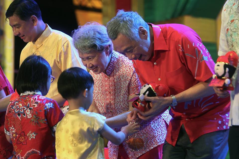Prime Minister of Singapore Lee Hsien Loong exchanging Chinese New Year greetings with children from Sparkletots, Jurong West and Grace Orchard. PM Lee gave them a God of Fortune plush toy and a hongbao in exchange for mandarin oranges. Photo courtesy: Facebook page of PM Lee