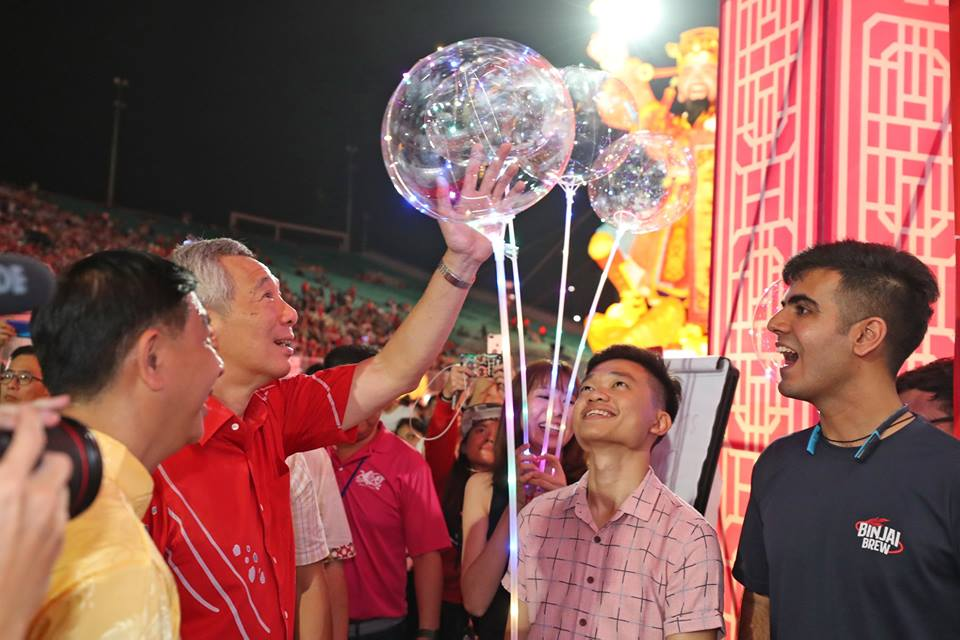 Nanyang Technological University, Singapore students Ang Wei Loong and Heetesh Alwani showing LED balloons to Prime Minister of Singapore Lee Hsien Loong. Photo courtesy: Facebook page of PM Lee