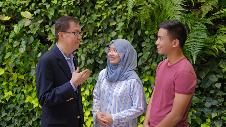 NUS Senior Deputy President and Provost Professor Ho Teck Hua (left) with NUS undergraduates Syazwani Binte Daud Dave Nonis (centre) and Felix Tan (right), who will benefit from the new Design-Your-Own-Module initiative. Photo courtesy: NUS