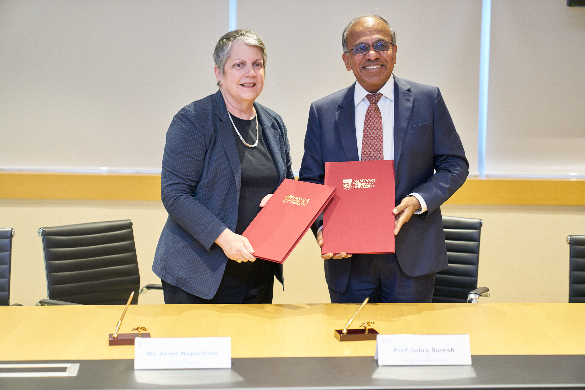 University of California president Janet Napolitano (left) and NTU Singapore president Professor Subra Suresh signed the memorandum of understanding on behalf of their respective institutions. Photo courtesy: NTU