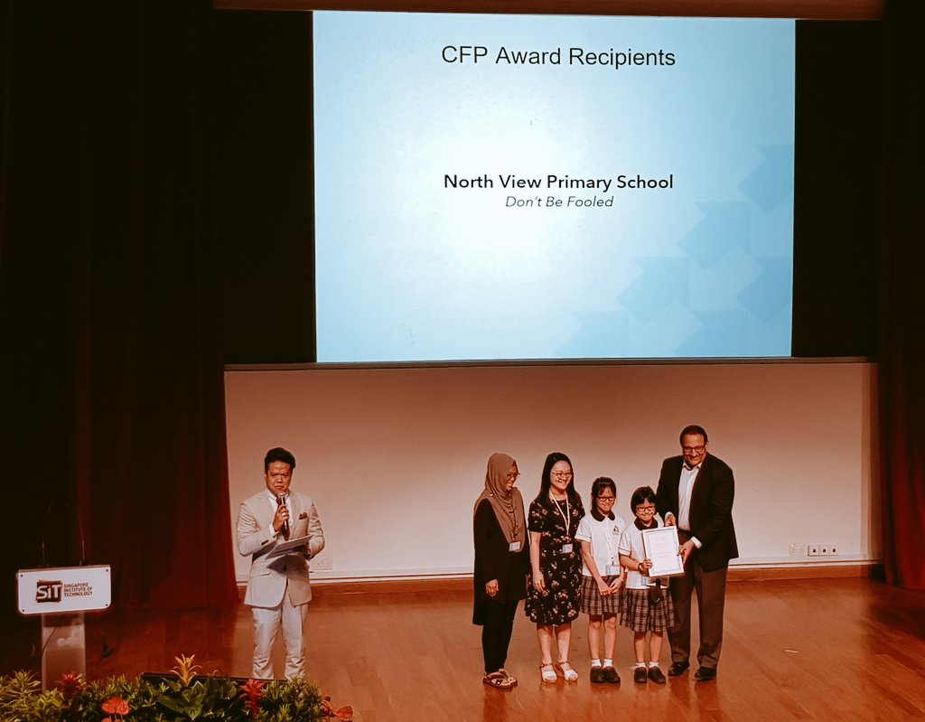 S Iswaran, Minister for Communications and Information of Singapore presenting Certificates of Award to projects supported by the Better Internet x Youth Call-for-Proposals initiative. They offer solutions to issues such as internet safety and online falsehood. Photo courtesy: Twitter@MediaLiteracyCouncil