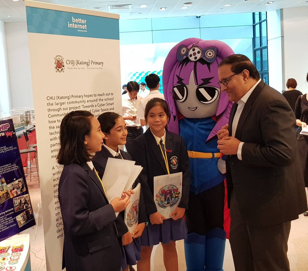 S Iswaran, Minister for Communications and Information of Singapore interacting with children at the exhibition during inaugural 'Better Internet Conference' . Photo coourtesy: Twitter@MediaLiteracyCouncil