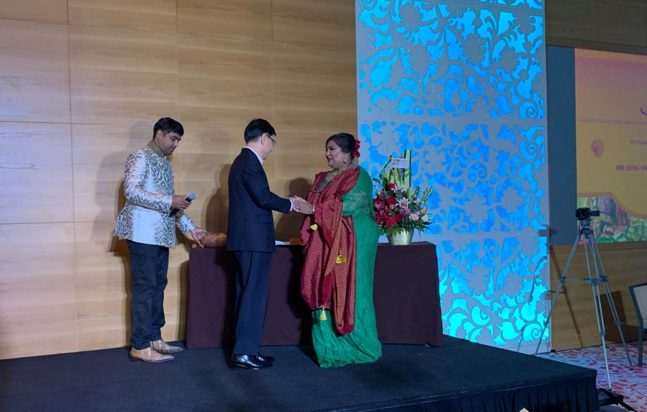 Finance Minister of Singapore Heng Swee Keat congratulating Indra R L Iswaran for writing the book which contains more than 300 food recipes and offers a peek about the contributions of Ceylon Tamils in the development of Singapore. Photo: Connected to India