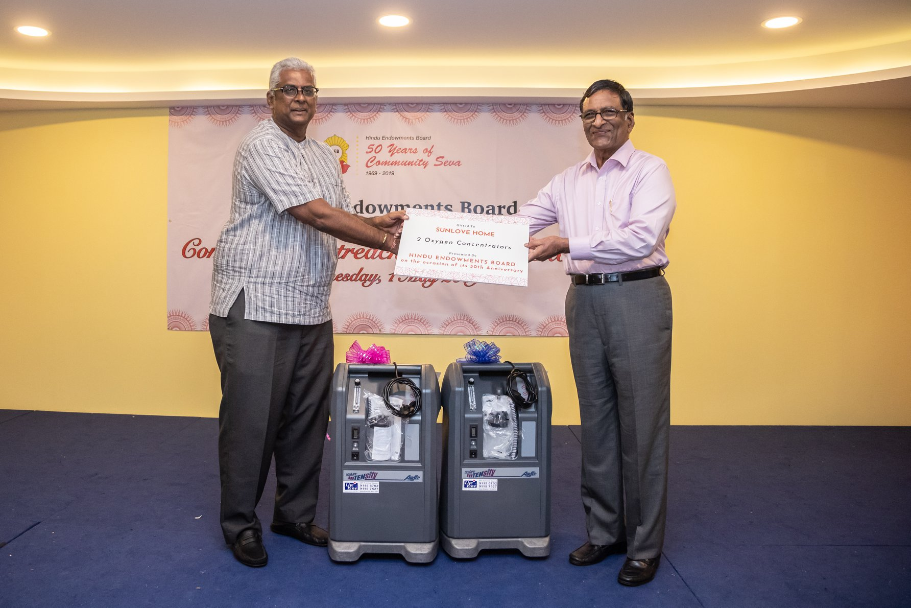 HEB Management Committee members and volunteers from Sri Mariamman Temple presented two oxygen concentrators to Sunlove Home. Photo courtesy: Hindu Endowments Board