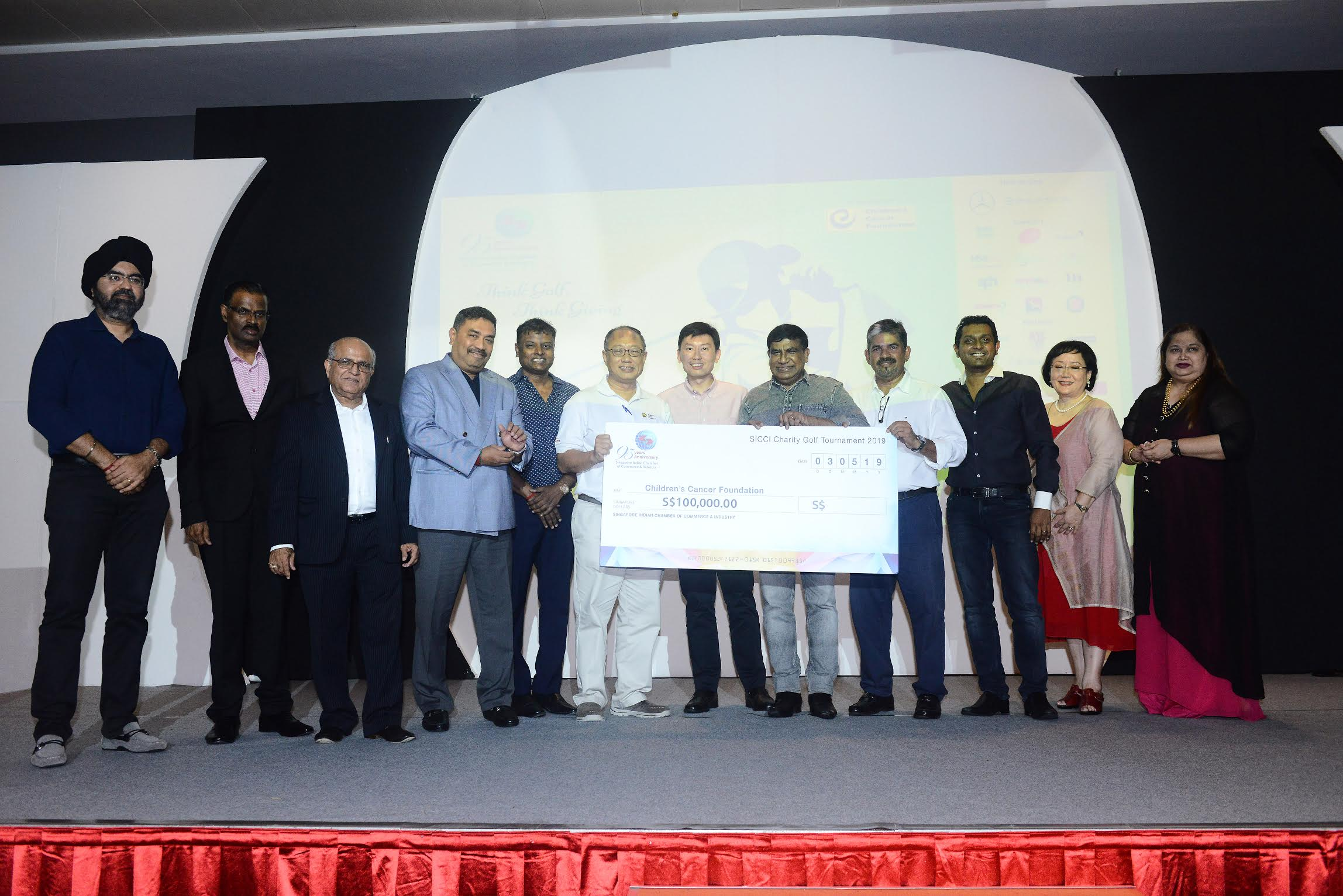Guest of Honour Senior Minister of State for Education and Trade & Industry, Mr Chee Hong Tat, handed the cheque to Children's Cancer Foundation at the dinner reception on Friday, May 3. Photo courtesy: Singapore Indian Chamber of Commerce & Industry
