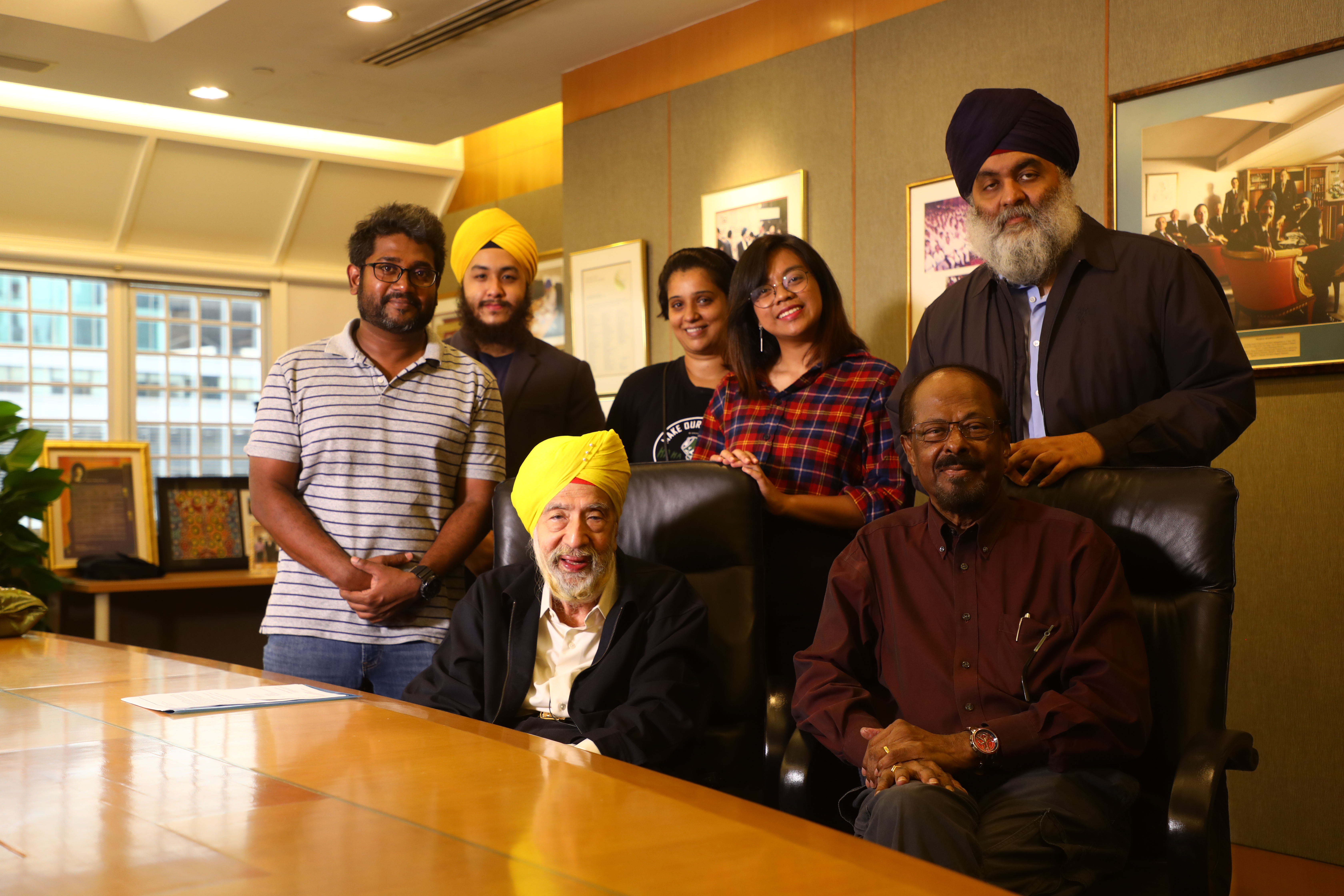 The cast and crew of Suvadugal with KArtar Singh Thakral. Photo courtesy: VisualBeatz
