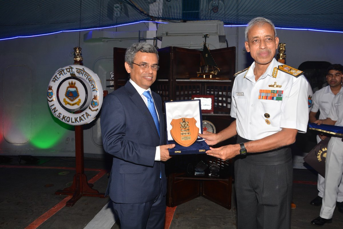 DCNS Vice Admiral MS Pawar presenting momento to HE Jawed Ashraf, High Commissioner of India to Singapore aboard INS Kolkata. Photo courtesy: Twitter@/IndiainSingapor