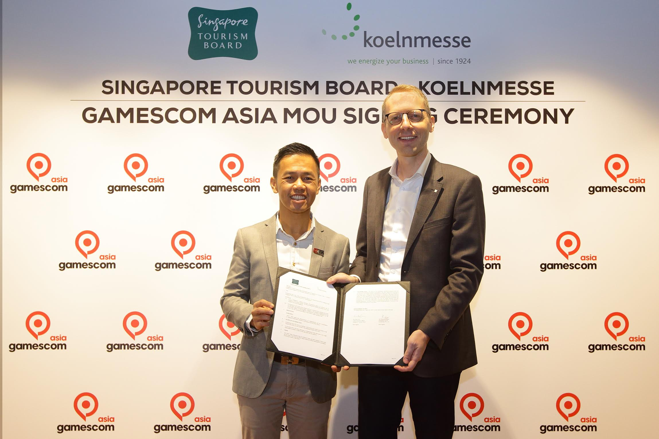 Mr Keith Tan, Chief Executive of Singapore Tourism Board, and Mr Mathias Kuepper, Managing Director of Koelnmesse Singapore, signed the Memorandum of Understanding to mark a new partnership for the inaugural Asian edition of gamescom. Photo courtesy: STB