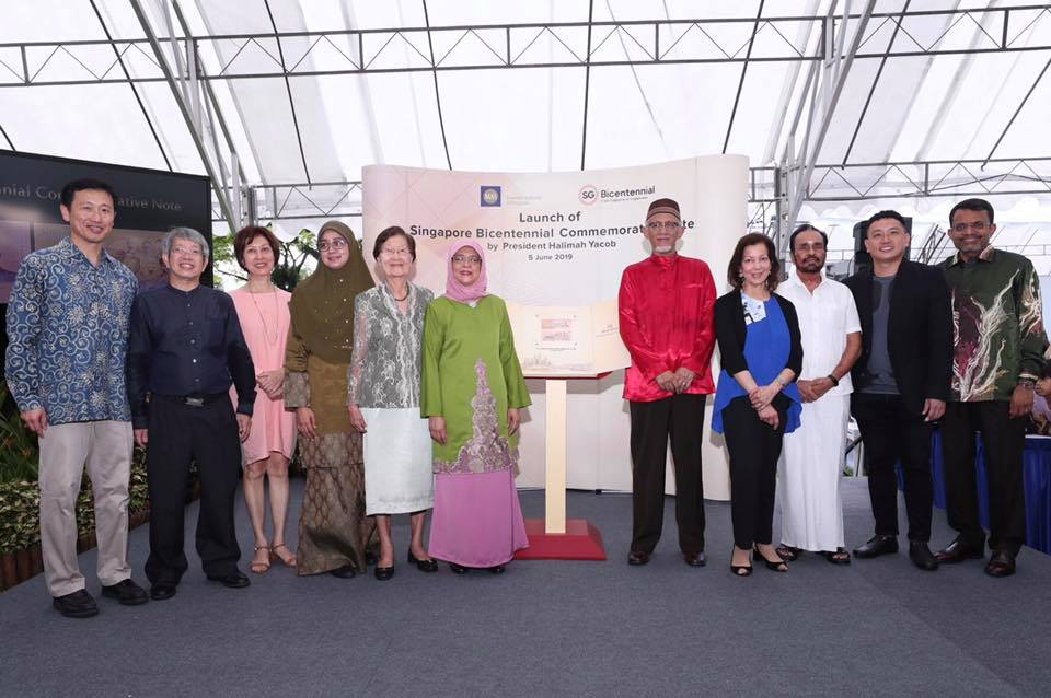 President Halimah Yacob launching the new commemorative SGD20 notes, with her are five Pioneer Families representatives and the commemorative note designers. Photo courtesy: Clement, MCI