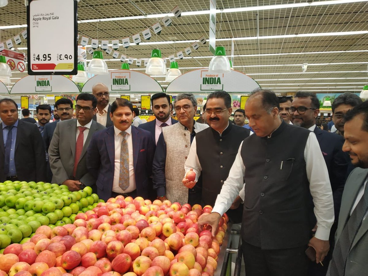 Chief Minister of Himachal Pradesh, Jai Ram Thakur (second from right) visited Lulu Hypermarket to explore collaboration opportunities in horticulture sector. Photo courtesy: Twitter/@@jairamthakurbjp