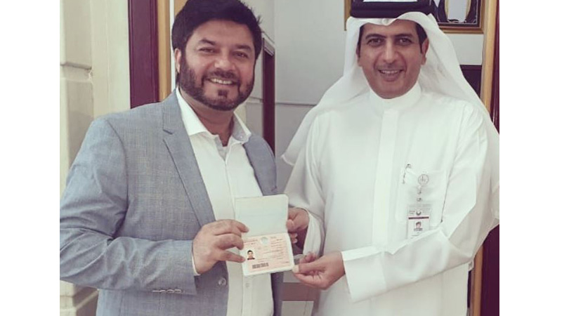 Lieutenant Colonel Omar Matar Khamis Almezaina, Director of Establishment Department presenting 10-year visa to Vijay Samyani, Chairman of the retail giant Concept Brands Group. Photo courtesy: Instagram page of Vijay Samyani