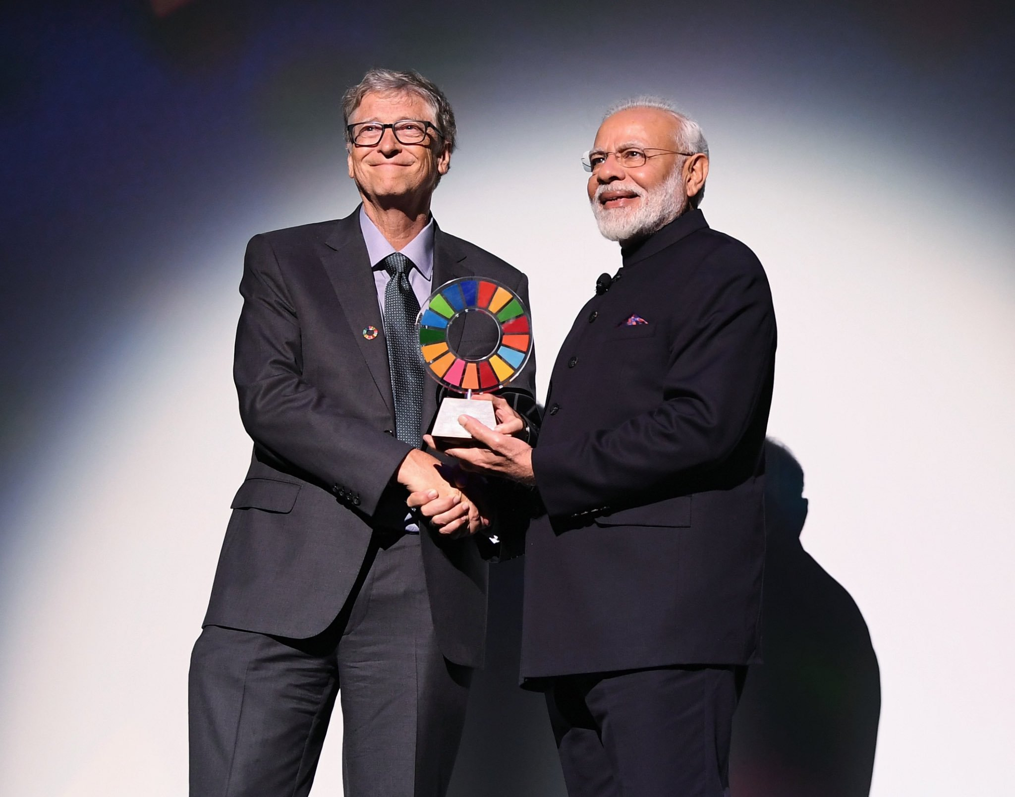 Narendra Modi receiving the Goalkeepers Global Goals Award from Bill Gates. Photo courtesy: Twitter/@narendramodi