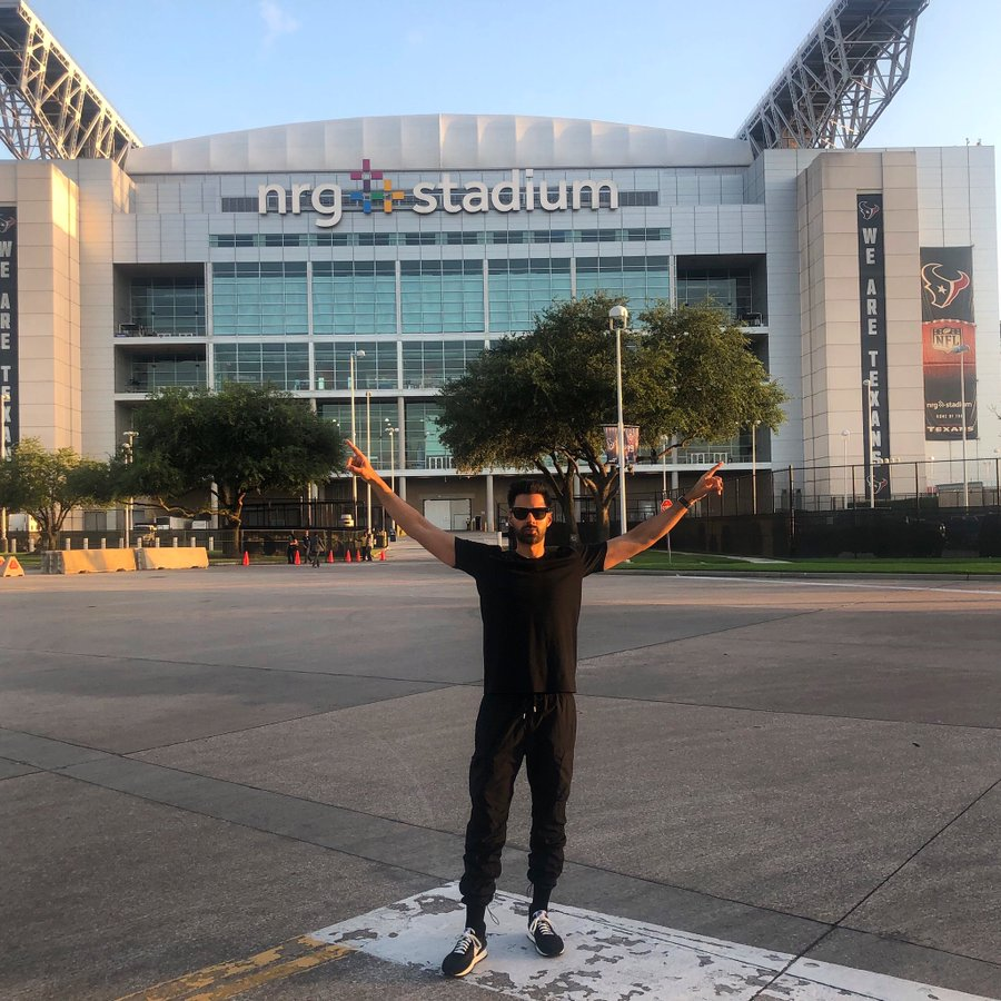 Before the event started, Minhaj had tweeted his own photo with hands raised outside NRG Stadium,
