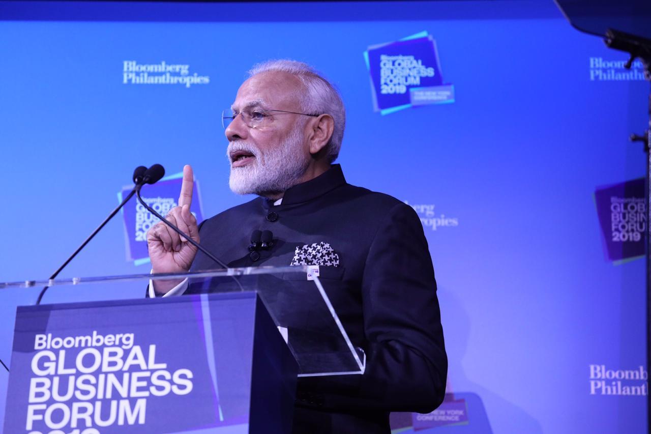 Narendra Modi addressing a gathering of global investors. Photo courtesy: Twitter/@MEAIndia