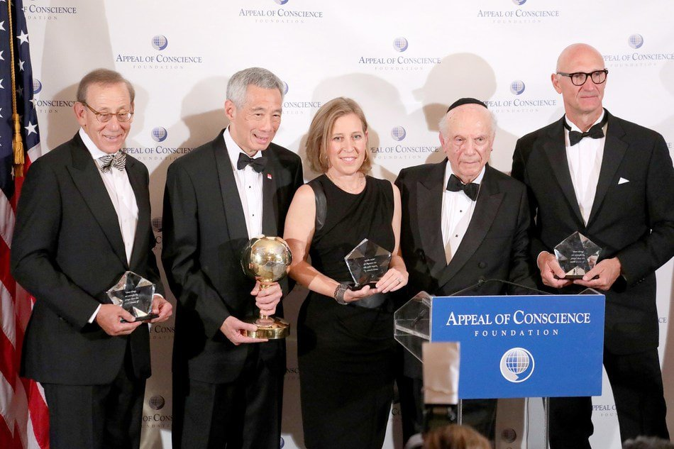 Rabbi Arthur Schneier presenting the World Statesman Award to Singapore PM Lee Hsien Loong. The Appeal of Conscience Awards were presented to Stephen Ross, Chair & Founder of  Related Companies, Susan Wojcicki, CEO of YouTube and Timotheus Höttges, CEO of Deutsche Telekom. Photo courtesy: Twitter/@The_Appeal