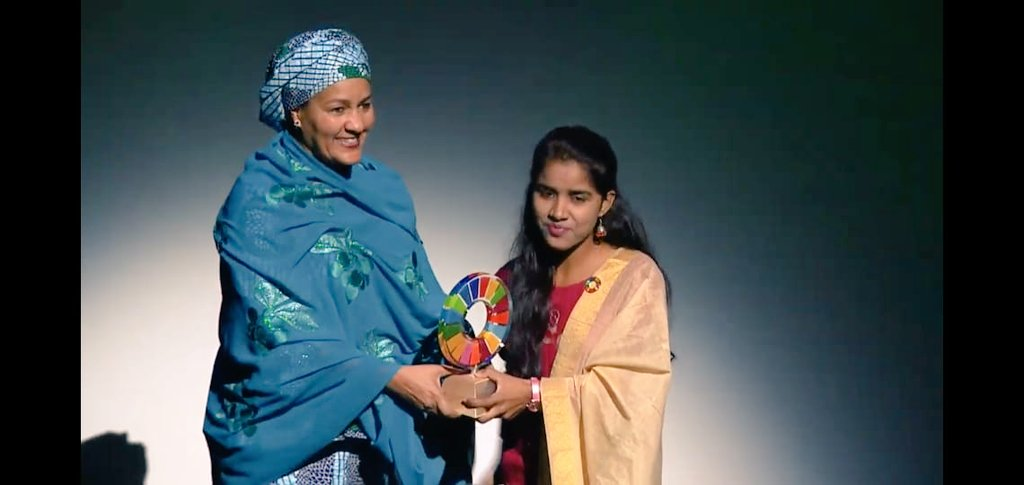 Payal Jangid receiving the Changemaker Award in New York for her work against child marriage. Photo courtesy: Twitter/@k_satyarthi
