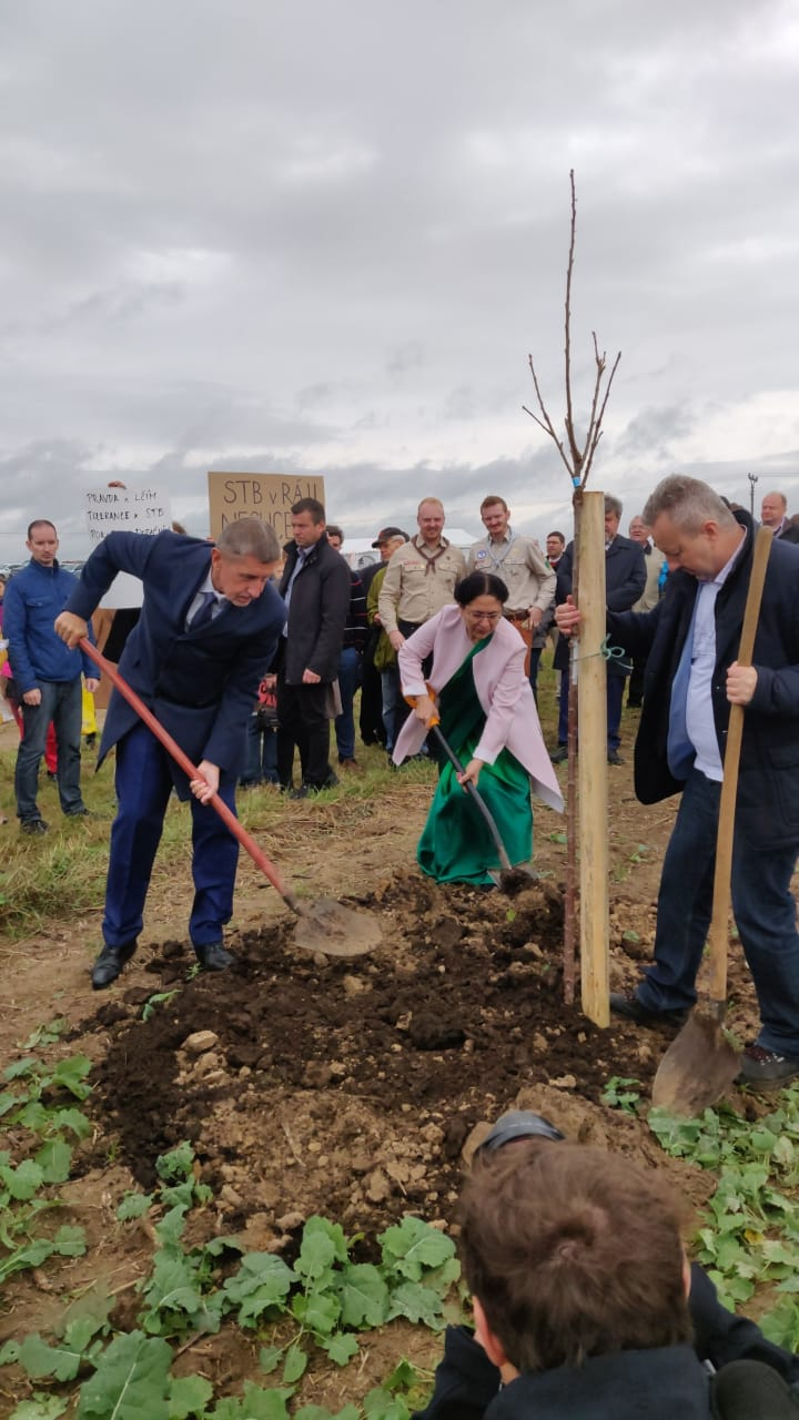 #Czech PM Andrej Babis and the Indian Ambassador plant 150 trees to celebrate Bapu@150