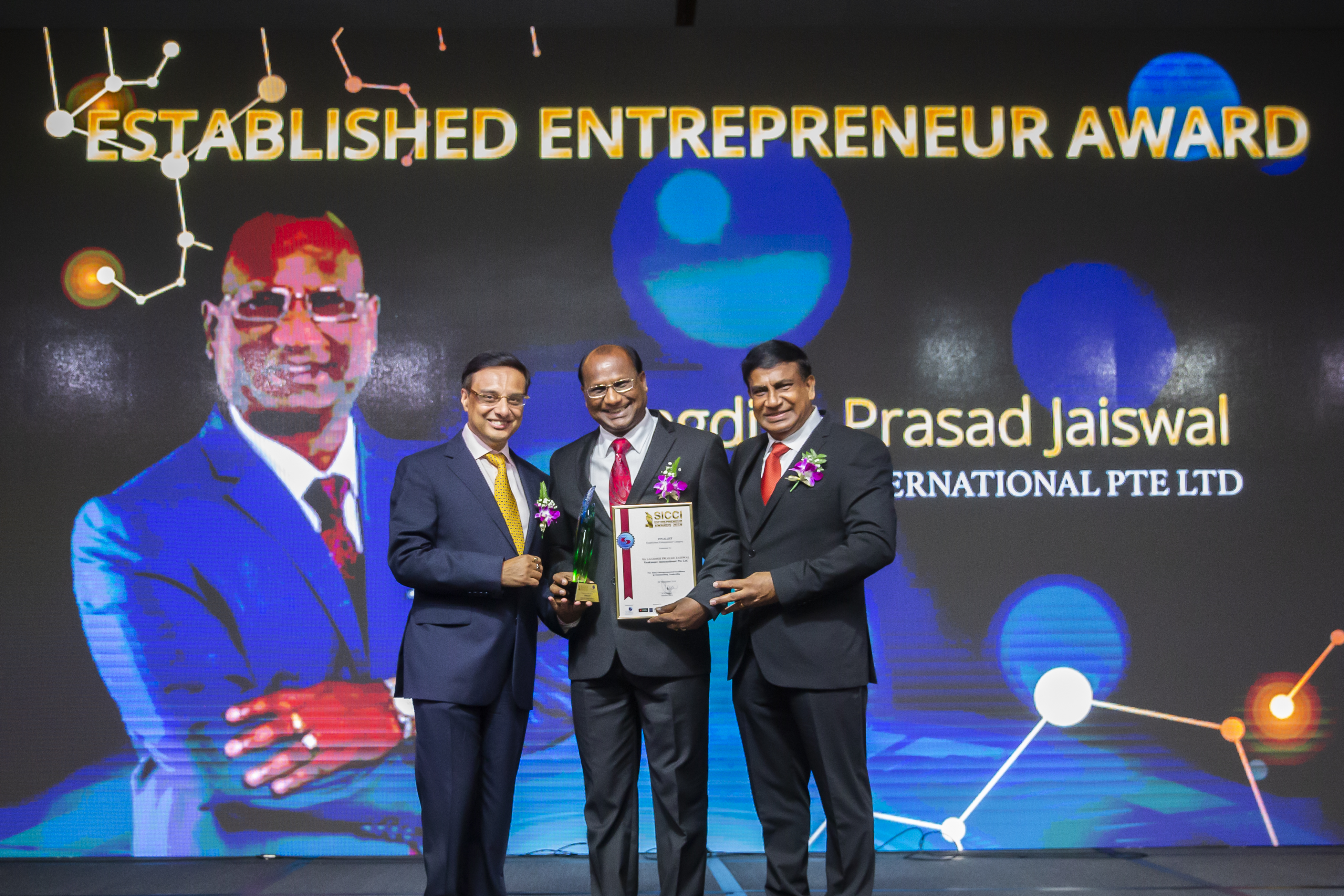 Established Entreprenuer Award winner, Chairman and Managing Director of Peakmore International Private Limited at the SICCI's 95th Anniversary gala event. From L to R: Mr Prasoon Mukherjee (Vice Chairman,SICCI ), Mr Jagdish Prasad Jaiswal (Winner of the Established Entrepreneur Award), Dr T. Chandroo (Chairman, SICCI). Photo Courtesy: SICCI