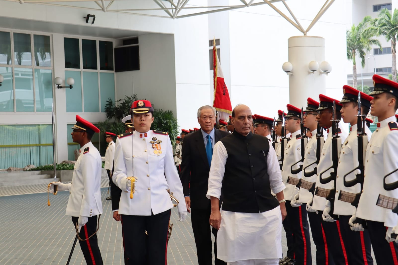 Raksha Mantri Shri  @rajnathsingh  receiving the Guard of Honour before the 4th Singapore - India Defence Ministers' Dialogue in Singapore, today.