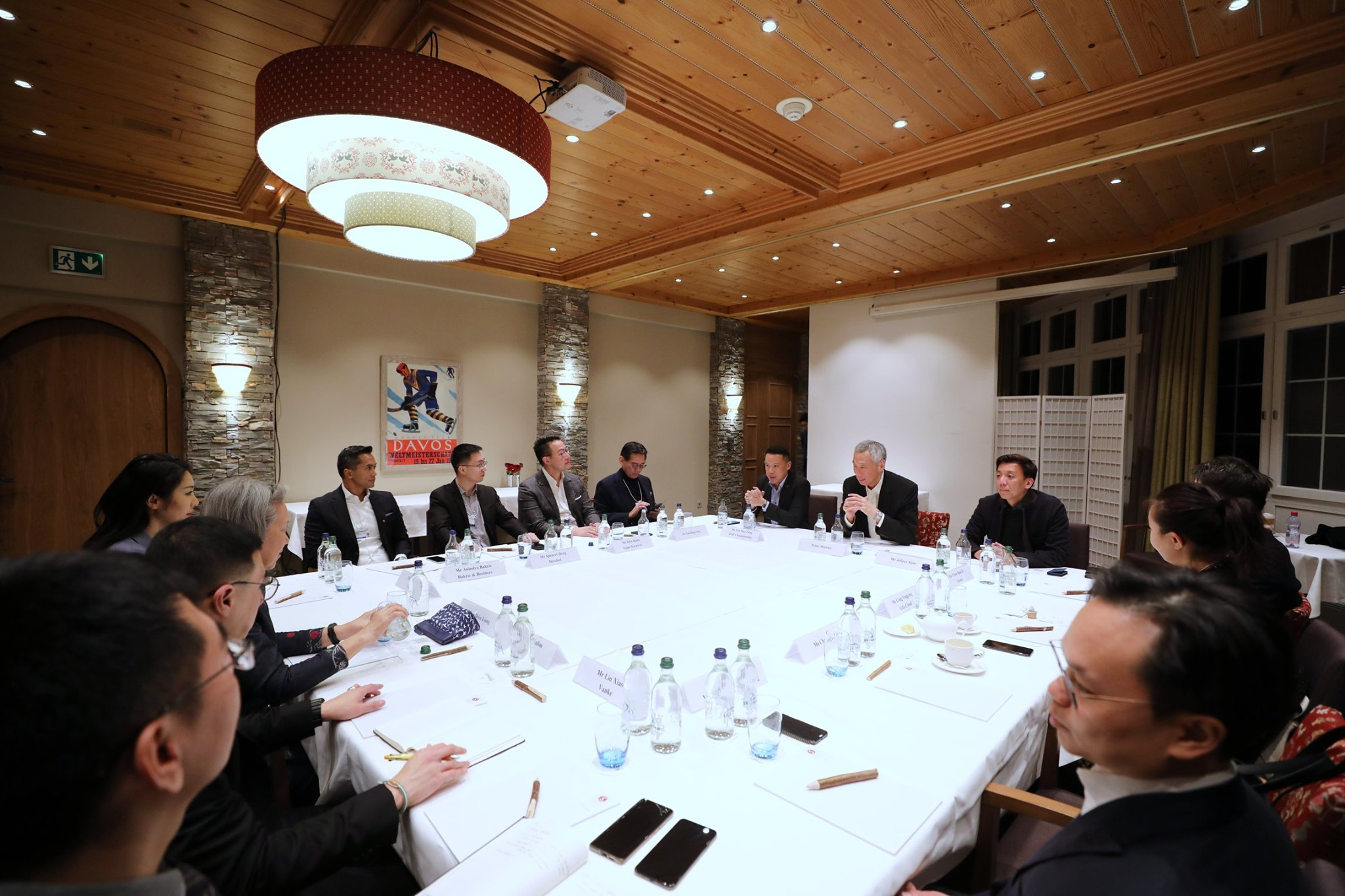 PM Lee Hsien Loong meeting young Asian business leaders from a wide range of industries at WEF in Davos. Photo courtesy: MCI, Fyrol