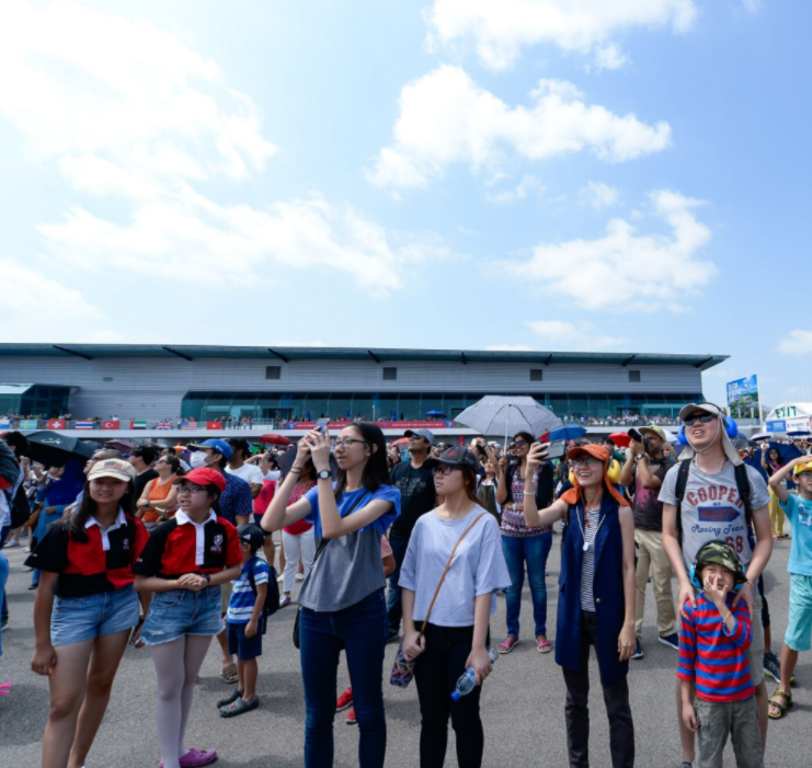 Participants enjoying the aerobatic flying display at Singapore Airshow 2020. Photo courtesy: Singapore Airshow 2020