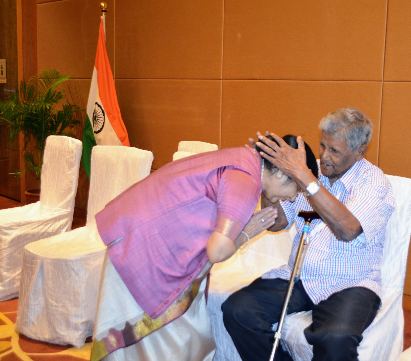 Mrs Sushma Swaraj seeking blessings of #INA veteran Shree I Ponnampalam during Pravasi Bharatiya Divas 2018 in Singapore Photo: Connected to India