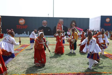 Dance groups and singers from different parts of the country performed on stages that dotted the 22-km route of the 'India roadshow' in the city.