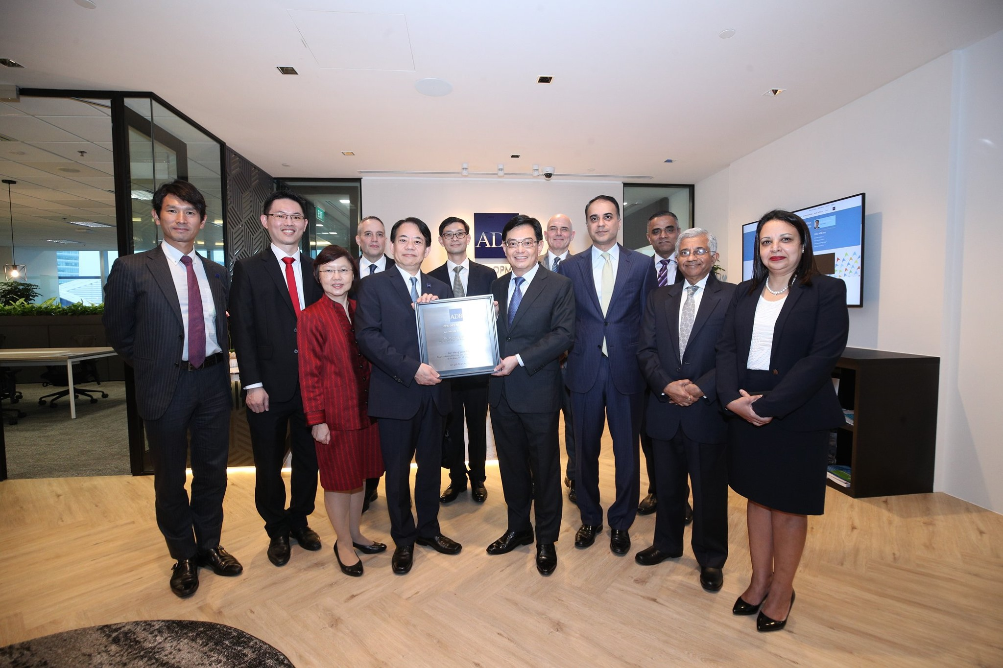 President of the Asian Development Bank Masatugu Asakawa and Singapore Deputy Prime Minister and Minister for Finance Heng Swee Keat with ADB's senior management team and officials from Ministry of Finance. Photo courtesy: MCI, Chwee