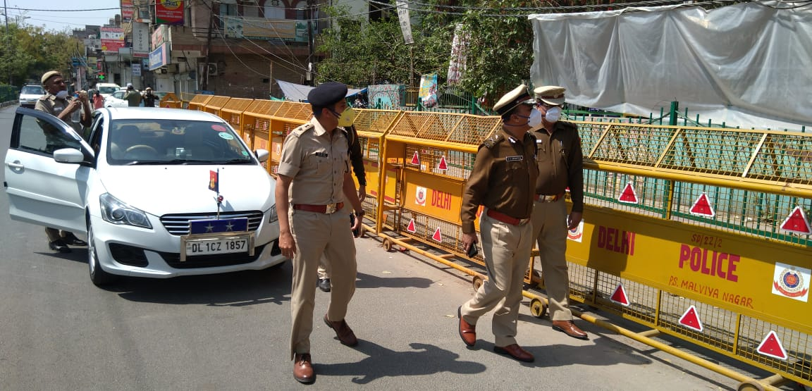 Delhi Police ensuring that people follow lockdown orders. Photo courtesy: Twitter/@DCPSouthDelhi