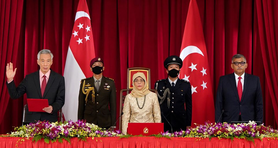 Prime Minister Lee Hsien Loong taking the Oath of Allegiance in the presence of President Halimah Yacob and Chief Justice Sundaresh Menon. Photo courtesy: MCI