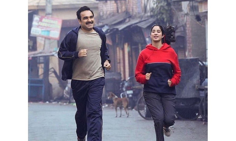 Lieutenant Colonel Anup Saxena (Pankaj Tripathi) as Gunjan's dad is every girl's dream dad. Photo Courtesy: Twitter