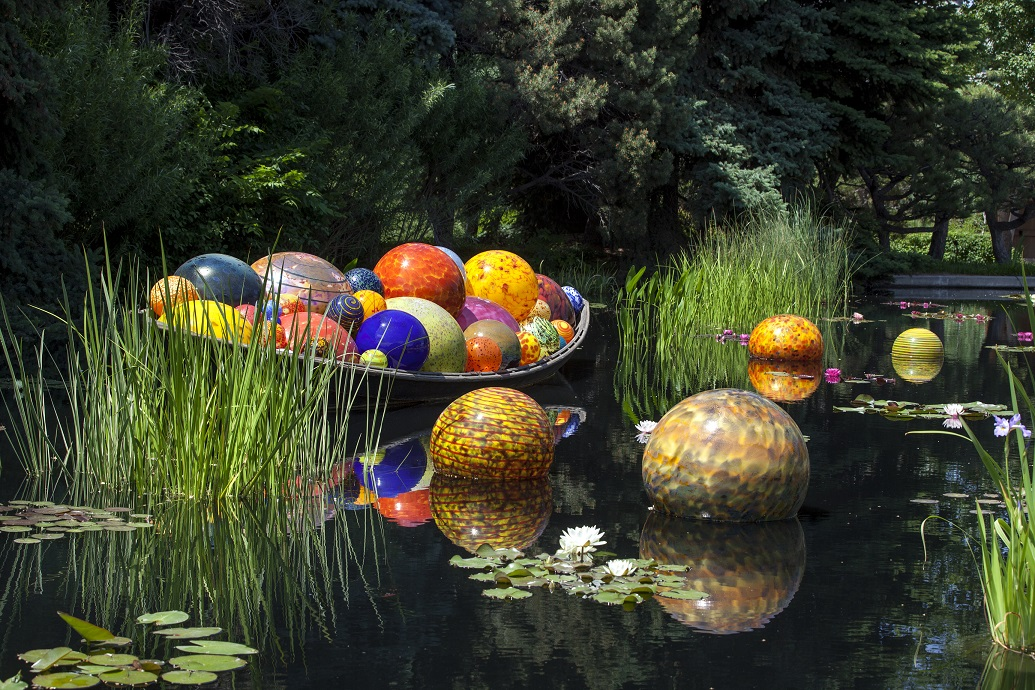 Dale Chihuly Float Boat, 2014 Denver Botanic Gardens © Chihuly Studio. All Rights Reserved.